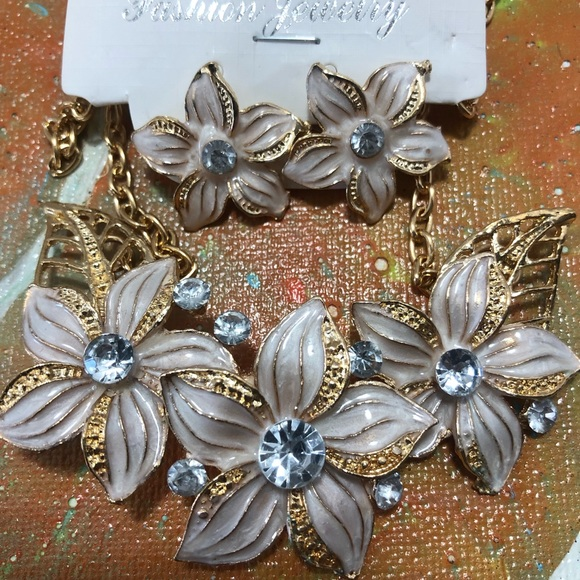 Jewelry - White Gold Flower Statement Necklace Earrings Set